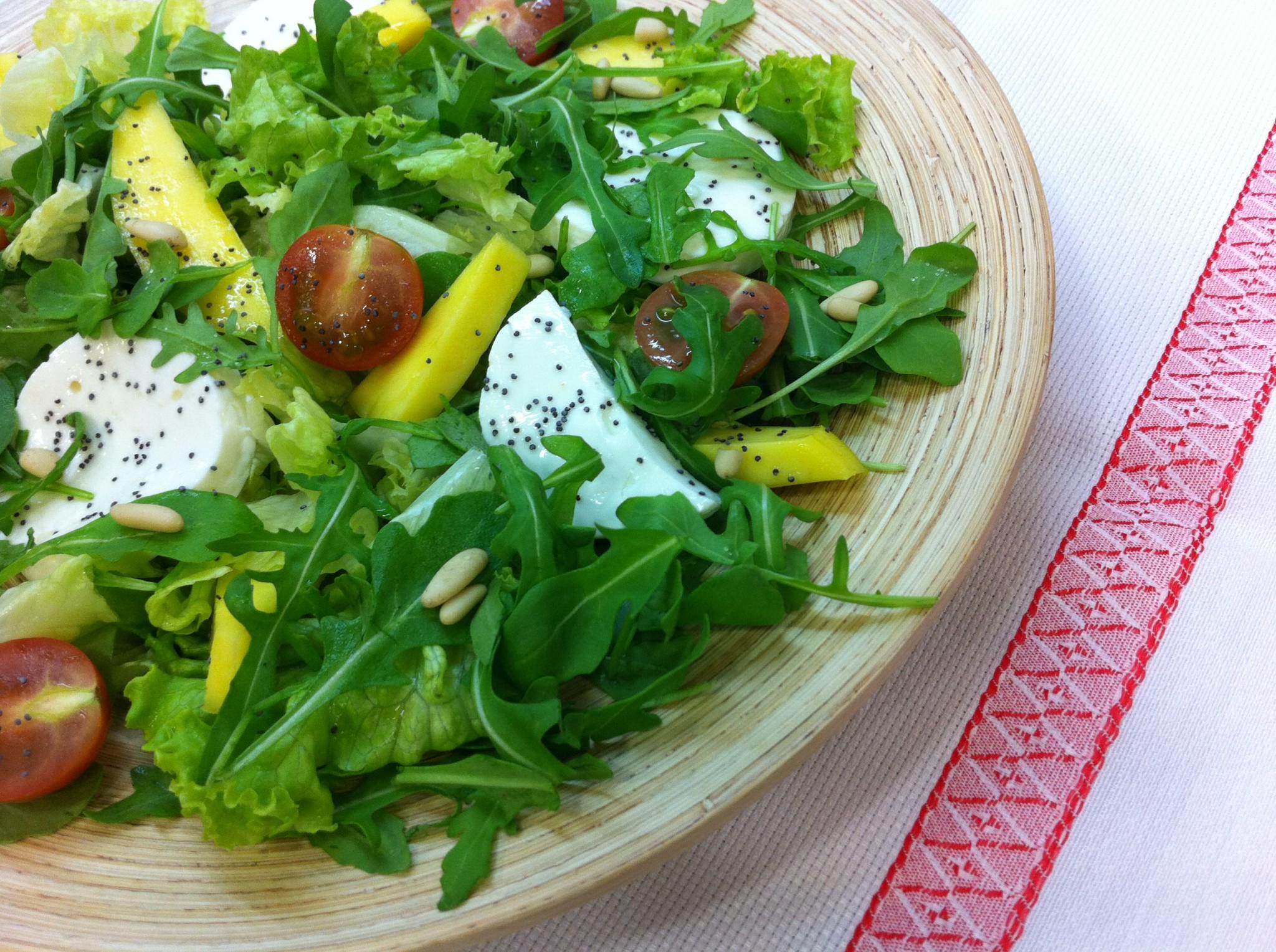 Salada de rúcula, manga e sementes de papoila